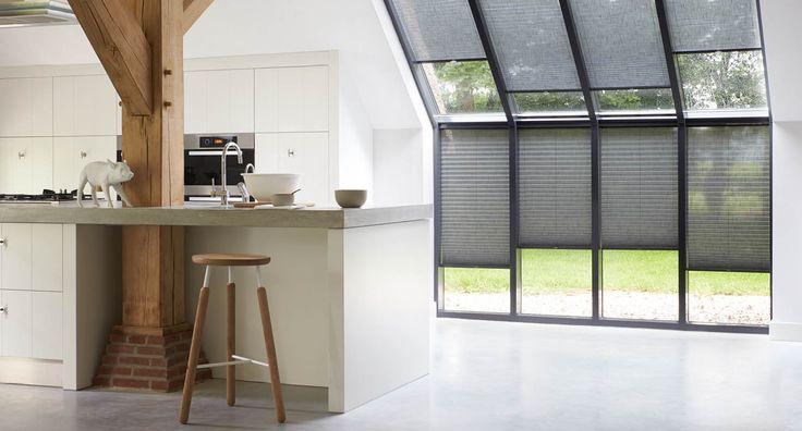 Serres en erkers bestaan grotendeels uit ramen en dit maakt raamdecoratie onmisbaar. Raamdecoratie bied je privacy, het houdt de warmte buiten en geeft je interieur sfeer.