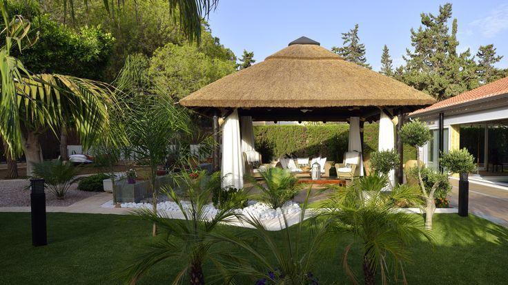Reforma vivienda chalet, exterior. Pérgola Balinesa y jardín.