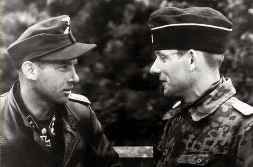 SS-Obersturmführer Michael Wittmann (Chef der 2.Kompanie der s.SS.Pz.Abt.101) mit SS-Obersturmbannführer Heinz von Westenhagen [?] (Kommandeur der s.SS-Pz.Abt.101)