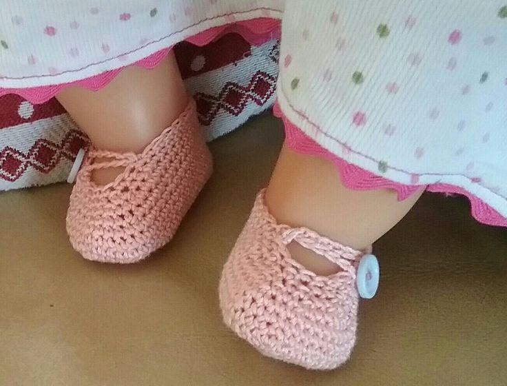 """Doll shoes - Scarpette all'uncinetto per bambola. La mia Alice mi pressava da tempo per avere un paio di scarpette che coprissero i piedini nudi della sua """"bimba Giulia"""", finalmente le ha avute ed ora e' felicissima! Giustamente ne ha subito chiesto un altro paio, sai mamma cosi' ha il cambio se si sporca...ah, ah, ah!"""