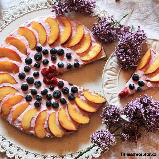 Tvarohový dort s ovocem (bez mouky, z cizrny)