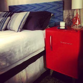 Se você sempre sonhou em ter um frigobar no quarto, pode aproveitar o investimento e usá-lo de criado-mudo.   15 ideias de decoração de quartos da vida real para você se inspirar