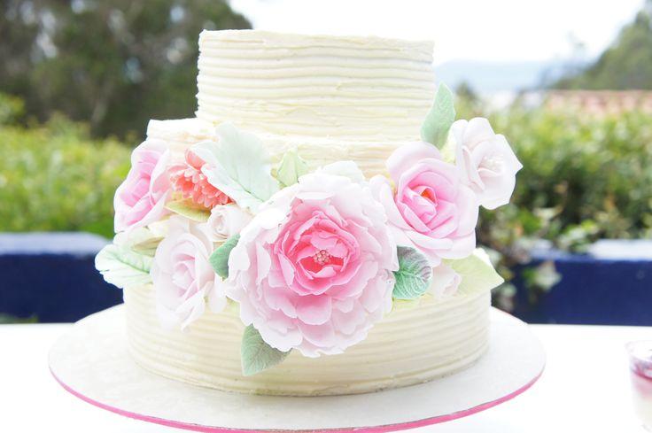 Otra opción de tortas de matrimonio en crema, con flores en pastillaje, en tre vintage y moderno. - Vintage or modern wedding cake?