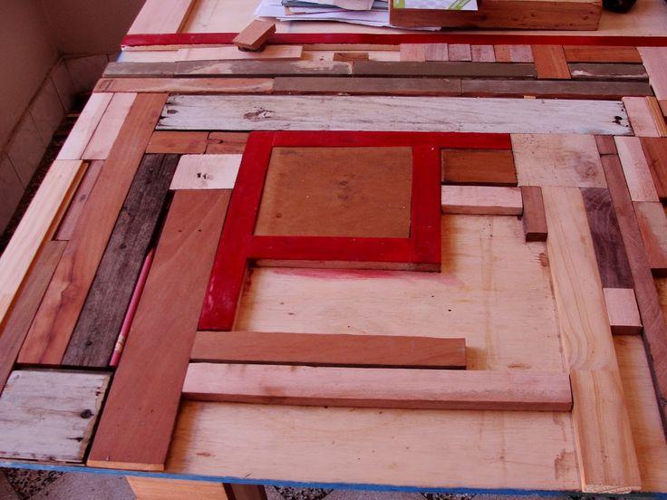mesa con recortes de madera