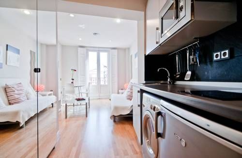 Latina XII Madrid Located in Madrid, this apartment features free WiFi. The apartment is 200 metres from Plaza Mayor.  Puerta del Sol is 400 metres from Latina XII, while Fnac is 500 metres from the property.