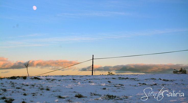 Cielos azules, nubes naranjas y suelos blancos  ¡Qué bonita es #Galicia en #invierno! #SienteGalicia #GaliciaCalidade #nieve #OsAncares #MontañaLucense