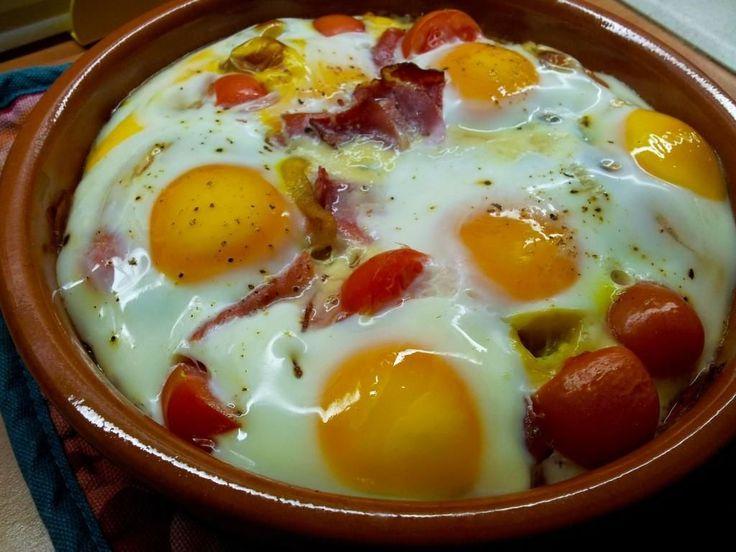 Huevos al horno con jamón serrano, cebolla y tomates cherry. Un plato que tienes que probar