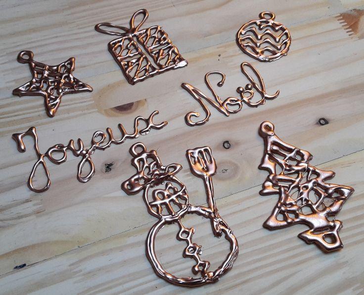 Joyeux Noël ! Petites déco faites au pistolet à colle chaude et à la peinture métallique en spray.