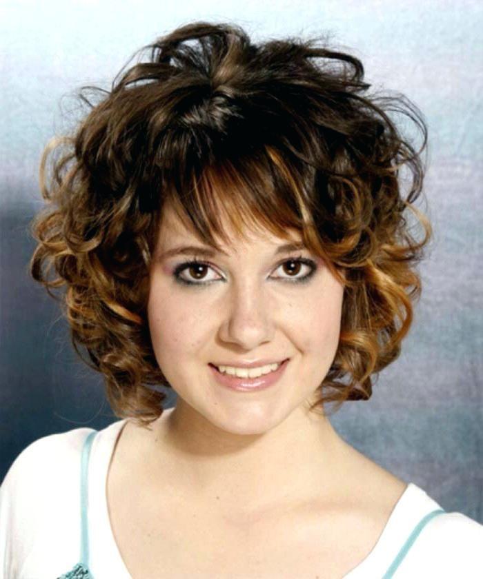 Coiffure femme sur cheveux frises