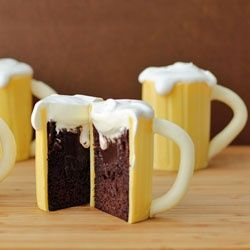 Having a themed party? Add these SUPER AWESOME Beer Mug Cakes from @hungryhappenings to your list of party supplies and desserts