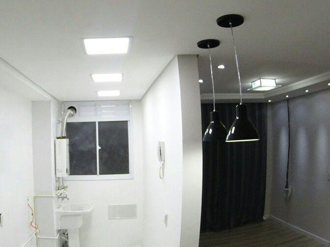 Iluminação cozinha/área de serviço em plafon de Led embutido no gesso. Pendentes sobre bancada. Plafon de vidro central e spots direcionais na sala. www.ap108.com.br