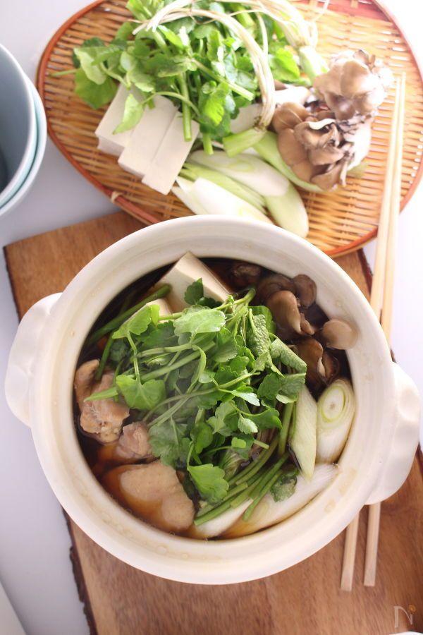 ここ数年で仙台の名物になりつつある『せり鍋』。シンプルなお鍋ですが、せりの風味と鶏の旨みがクセになる美味しさ。シャキシャキしたせりの美味しさが実感できるお鍋です。