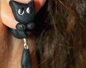 orecchini con gatto nero in fimo,realizzati interamente a mano. La faccia del gattino è sul lobo mentre il corpo dietro. Se vi piace seguitemi sulla mia pagina facebook: https://www.facebook.com/Fiumi-Di-Fimo-429219753934180/  https://www.etsy.com/it/shop/FiumidiFimo?ref=hdr_shop_menu  #orecchini #earrings #chiodino #gattonero #lobo #gatto #miao #animali #black #dark #fimo #fimocreazioni #creations #artigianato #handmade #fattoamano #fattoamanoconamore #idearegalo #polymerclay #faidate #cats