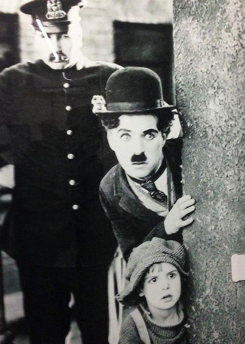"""Quasi cento anni fa, nel luglio del 1919, iniziavano le riprese di """"Il Monello"""" di Charlie Chaplin, uno dei più grandi esempi del perfezionismo e del rigore del regista. Decorazione su vetro di Vetreria Noventavetro. /// It was almost a century ago when Charlie Chaplin directed """"The Kid"""", the film that most represent the perfectionism and accuracy of the director. Glass decoration by Vetreria Noventavetro"""