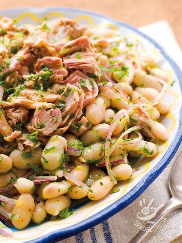 Tuna salad and salmon with beans - Semplicissima e velocissima, l'Insalata di tonno e salmone con fagioli è un jolly salvatempo e salvapranzo da tenere nel taschino del grembiule! #insalataditonno