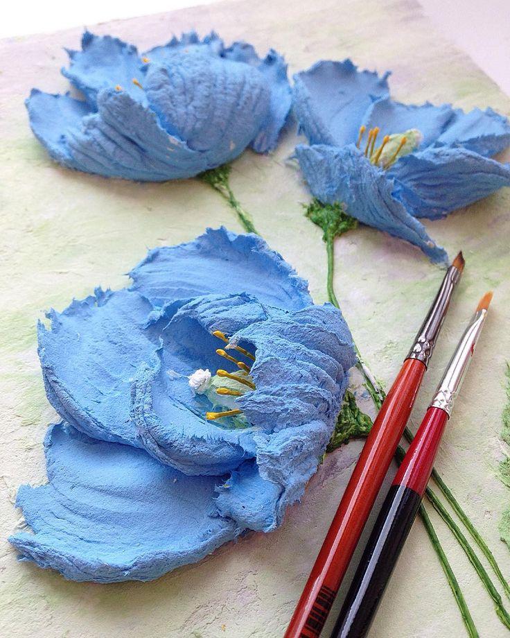 Искала в интернете разные фотки маков. И только сейчас узнала, что оказывается есть голубые и синие Маки! Называются гималайскими, и растут якобы только в Тибете))) Не удержалась, нарисовала) А насмотревшись на маки коллег, полдня делала тычинки #гималайскиймак #маки #современноетворчество #идеяподарка #объемнаяживопись #арт #картинавподарок #декоративнаяштукатурка