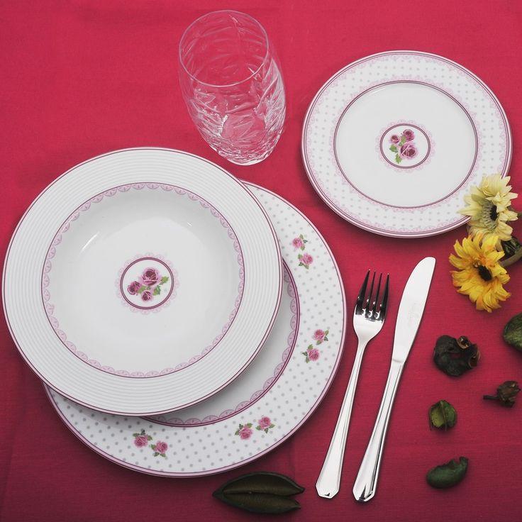 Ένα ρομαντικό πιάτο από φίνα πορσελάνη Βοημίας, με διακριτικά σχέδια σε ροζ χρώμα. Το σετ αποτελείται από : 6 ρηχά πιάτα, 6 βαθιά, 6 φρούτου, 1 σαλατιέρα και 1 πιατέλα. Το συνδυάσαμε με 6 ποτήρια του οίκου Luigi Bormioli, από τη σειρά Prezioso, διάφανα. Όλα κατάλληλα για το πλυντήριο πιάτων και το φούρνο μικροκυμάτων.