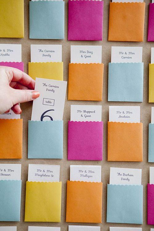 Tableau de mariage: escort card in tasche super colorate! Su Happy Wedding troverai tante idee creative! goo.gl/W4c3fj