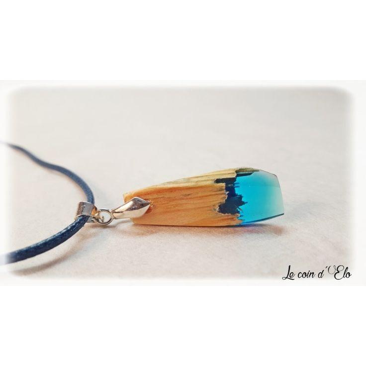 Collier / pendentif résine bleutée et bois