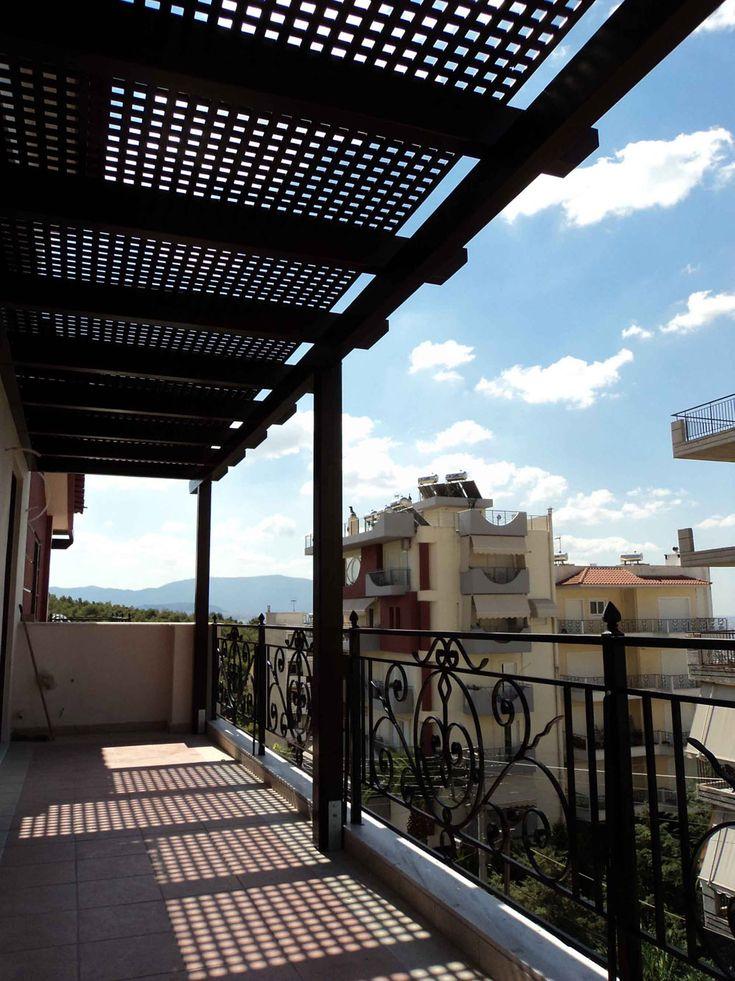 Πέργκολα με καφασωτά σε μπαλκόνι μονοκατοικίας