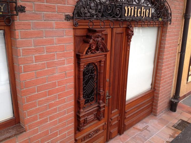 Porte in legno intarsiate , strada antica e centro storico di Gdanzick in Polonia. www.serramentipvctorino.it