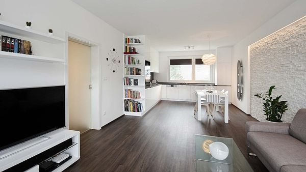 Díky radikálním změnám se panelákový byt proměnil z původního stavu do nového, moderního bydlení.