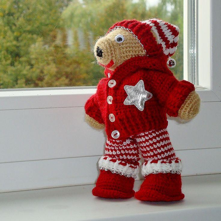 Jonášek - vánoční medvídek Háčkovaný medvídek, výška medvídka 20 cm. Veškeré oblečení lze sundávat - svetříček, čepička, botičky, kalhoty. Výplň - PES kuličky. Praní do 30°C. Nevhodné pro děti do 3 let.
