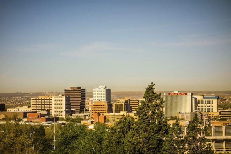 Albuquerque, som er en gammel historisk by med rødder tilbage til begyndelsen af 1700 tallet. Byen er et studie i kontraster: nyt og gammelt, naturlig skønhed og menneskeskabte strukturer, nybyggerhistorie og sofistikeret metropol – ja selv landskabet spænder fra majestætiske bjerge til ørkenslette.