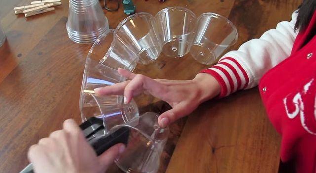 Žena pospájala obyčajné plastové poháre. To, čo vytvorila, vás ohromí! - To je nápad!