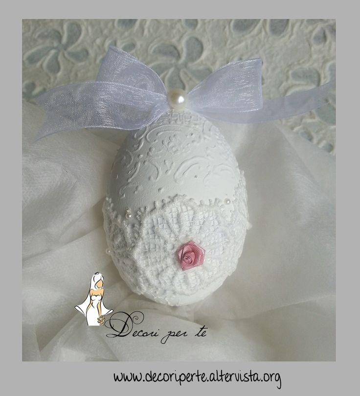 Uovo di Pasqua in legno - Misura 13 cm decorato e dipinto a mano, rifinito con pizzo macrame' + perle + fiocco in organza e rosa in raso