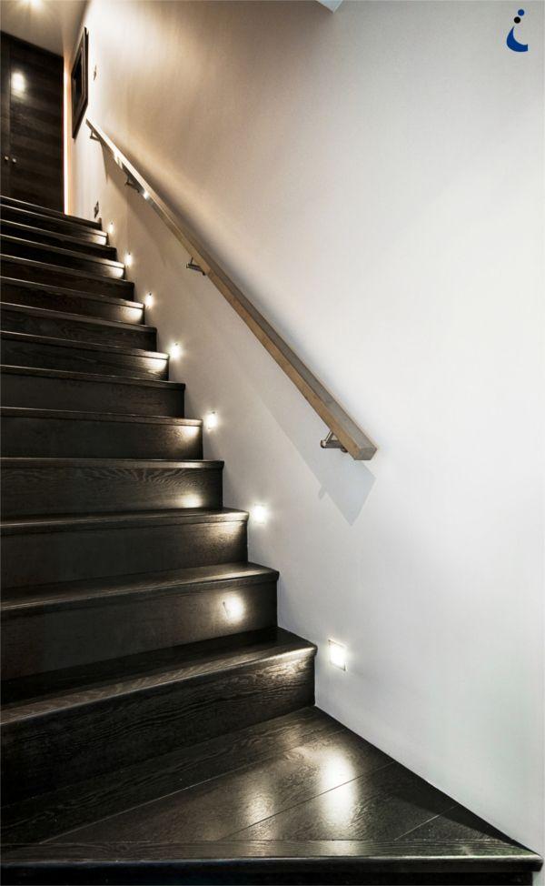 Escalera negra con luces blancas automáticas, sofisticado.