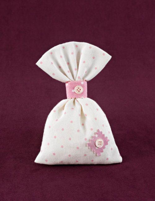 www.mpomponieres.gr Μπομπονιέρα βάπτισης για κορίτσι πουγκί λευκό με ροζ πουά, με δέσιμο κορδέλα ροζ βαμβακερή και με διακόσμηση μπάλωμα και κουμπάκια. Τα χρώματα κατόπιν συννενοήσης μαζί μας μπορούν να προσαρμοστούν κατά την αρέσκειά σας. #mpomponieres #bomboniere #baptism #vaptisi #bonbonieres #μπομπονιερες #βαπτισης http://www.mpomponieres.gr/mpomponieres-vaptisis/mpomponiera-gia-koritsi-poua-me-koumpakia.html