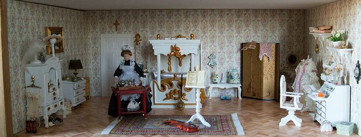 The bedroom of the dollhouse that I build in a display case