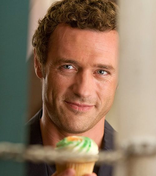 Jason O'Mara... in One for the Money... almost makes me a Morrelli girl. Almost.