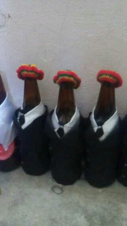 Los novios ratafa-ri en botella de cerveza