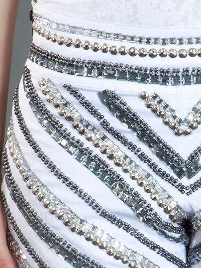 Les Parents - Shorts branco com bordado em pedraria. R$ 273