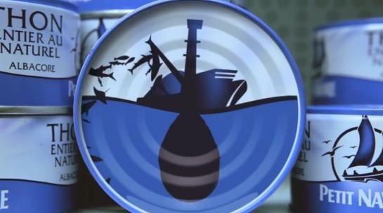 Dans une vidéo publiée sur son site internet, l'ONG Greenpeace a détourné l'image de la boîte de thon Petit Navire : on y voit un gigantesque filet de pêche ratisser l'ensemble des poissons de la mer, jusqu'aux requins.