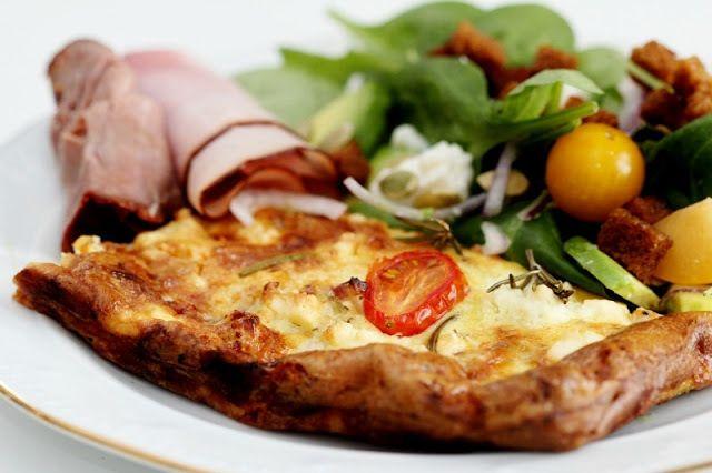 Vegetarisk ugnsomelett med fetaost, fänkål, squash och tomat - kallskuret och så en fräsch sallad till det med gula plommon