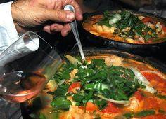 Recette de moqueta, ragoût de crevettes à la brésilienne, cuisine traditionnelle de Bahia. Des crevettes, des oignons rouges et verts, des poivrons, du piment, de l'ail, des tomates, du lait de coco, des fines herbes, tout un délicieux meli melo de saveurs qui font ce plat facile à cuisiner, haut en couleurs et en goût.