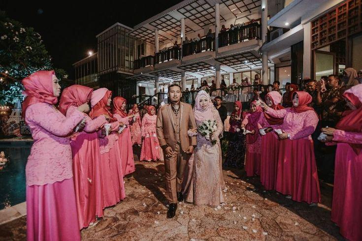 "336 Likes, 1 Comments - Laksmi Wedding Muslimah (@laksmimuslimah) on Instagram: ""Pernikahan bertemakan outdoor di malam hari, ditambah kerlap kerlip lampu temaram yang menghiasi.…"""
