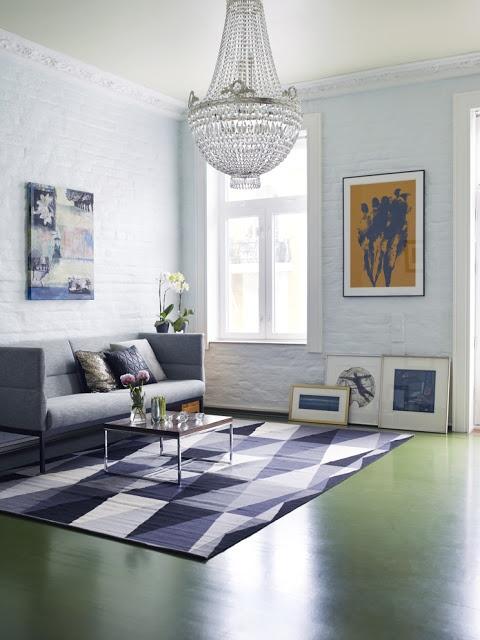 Fargerike | Vegger malt i fargen Mild Aquamarine FR1122, tak malt i Krystall, og gulv malt i Stram Militær FR1112. Teppe fra Ikea.