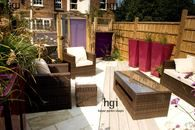 heathf15 Contemporary small urban town family garden long and narrow wooden decked decking patio terrace seating area path rattan style resin weave garden furniture sofas occasional table outdoor living room outside Design: Katrina Kieffer-Wells, Earth Designs Emma Benn, Sevenoaks UK Marcus Harpur