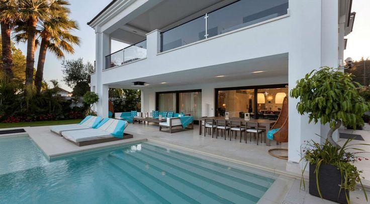 Cette belle villa à louer possède une grande piscine et des espaces extérieurs confortablement aménagés