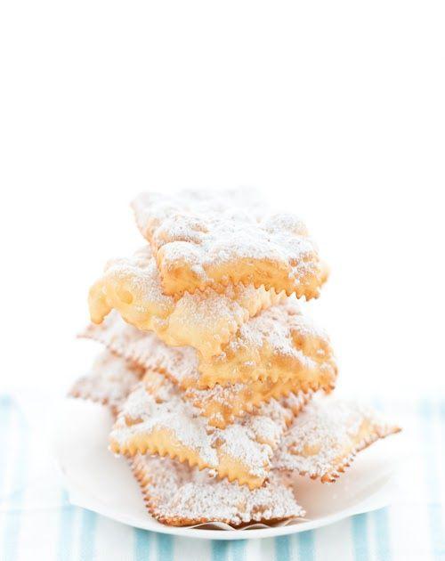 Oggi è martedi grasso e forse sono ancora in tempo per parlarvi di una ricetta di Carnevale, probablmente la più semplice di tutte. Ogni a...