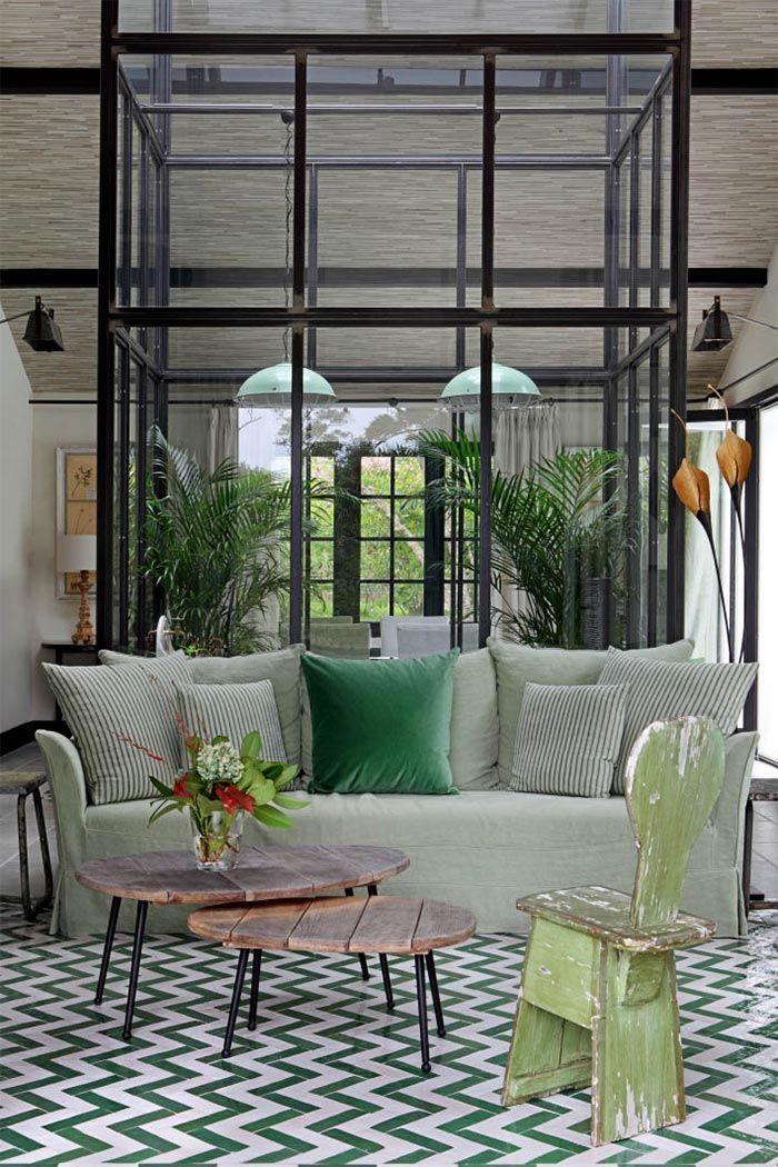 Una casa de vacaciones en Biarritz (con invernadero en el salón) · A holiday home in Biarritz