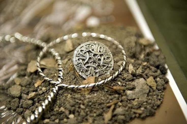 broche fra Rebild sølvskat.  Brooch from the Rebild Silver hoard, Denmark
