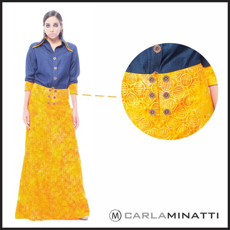 El índigo es un color que combina perfectamente con todo. En este caso tenemos una camisera en chambray completando nuestro outfit con una falda larga en batik.