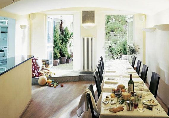 Weinbistro mit einem idyllischen Garten im Aussen Alster Hotel.