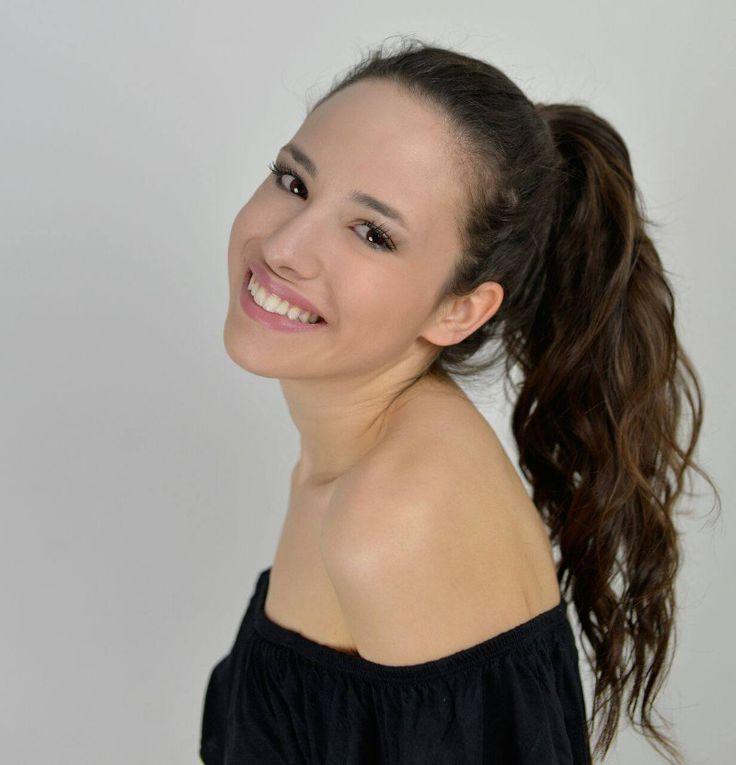 Prva pratilja 21. izdanja Miss Universe Hrvatske Elena Jung osvaja svih svojom svježinom i pozitivnošću.     Mlada Vodnjanka po struci kozmetičarka začarala je publiku Istarske županije, ali i šire, svojom jednostavnošću. Reklo bi se za nju