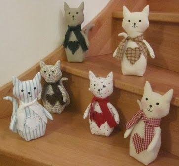 L'an dernier, j'avais fait des petits chats en tissu. ICI Pour les marché de Noël des associations, j'ai refait des chats avec une modifica...